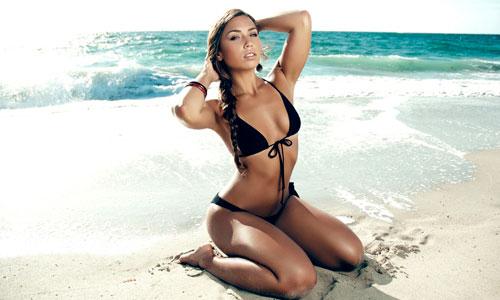 Las Nias, En Bronceado De La Playa, En Bikini, Con La